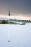 Campo de golfe em uma manhã nevado do inverno fotografia de stock royalty free