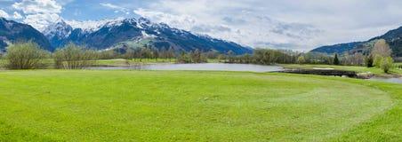 Campo de golfe nas montanhas fotos de stock royalty free