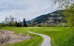 Campo de golfe nas montanhas foto de stock royalty free