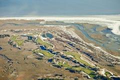 Campo de golfe no oceano foto de stock