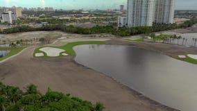 Campo de golfe video do zangão aéreo sob a construção video estoque
