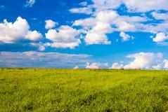Campo de grama e céu dramático no por do sol Fotos de Stock Royalty Free
