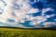 Campo de grama e céu dramático no por do sol Imagens de Stock Royalty Free