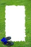Campo de grama e frame das sapatas do futebol Imagem de Stock