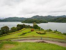 Campo de grama na província de Surat Thani da represa de Ratchaprapha, Tailândia Foto de Stock