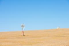 Campo de granja de Australia del molino de viento interior Fotos de archivo libres de regalías