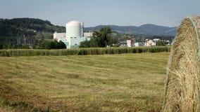 campo de grano con la fábrica en la parte posterior almacen de video