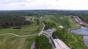 Campo de hierba verde al aire libre del campo de golf del verde de la visión superior Visión aérea desde el abejón del vuelo almacen de video