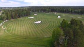 Campo de hierba verde al aire libre del campo de golf del verde de la visión superior Visión aérea desde el abejón del vuelo Imagen de archivo libre de regalías