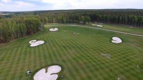 Campo de hierba verde al aire libre del campo de golf del verde de la visión superior Visión aérea desde el abejón del vuelo Imágenes de archivo libres de regalías