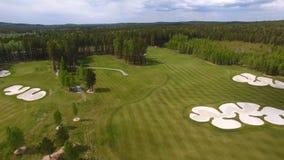 Campo de hierba verde al aire libre del campo de golf del verde de la visión superior Visión aérea desde el abejón del vuelo Fotos de archivo libres de regalías
