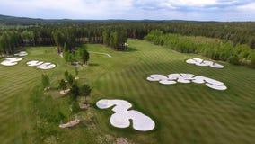 Campo de hierba verde al aire libre del campo de golf del verde de la visión superior Visión aérea desde el abejón del vuelo Foto de archivo