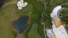 Campo de hierba verde al aire libre del campo de golf del verde de la visión superior Visión aérea desde el abejón del vuelo Fotografía de archivo libre de regalías