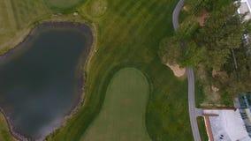 Campo de hierba verde al aire libre del campo de golf del verde de la visión superior Visión aérea desde el abejón del vuelo Foto de archivo libre de regalías