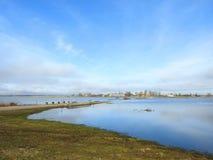 Campo de inundação bonito perto da vila de Sausgalviai na mola, Lituânia imagens de stock royalty free