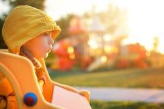 Campo de jogos colorido no parque borrado imagens de stock royalty free