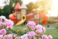 Campo de jogos colorido no parque borrado foto de stock royalty free