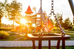 Campo de jogos colorido no parque borrado fotos de stock royalty free