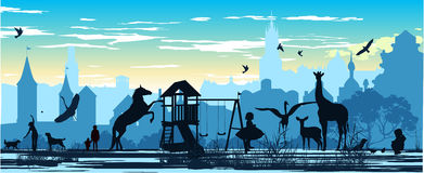 Campo de jogos com crianças e os vários animais Imagem de Stock