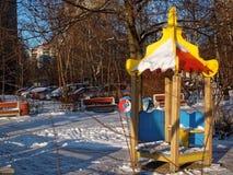Campo de jogos do ` s das crianças no inverno em um dia claro Fotos de Stock Royalty Free