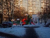 Campo de jogos do ` s das crianças no inverno em um dia claro Imagem de Stock