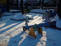 Campo de jogos do ` s das crianças no inverno em um dia claro Imagens de Stock Royalty Free