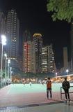 Campo de jogos dos raspadores e dos esportes do céu de Hong Kong na noite Imagens de Stock