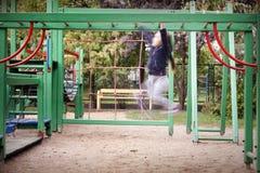 Campo de jogos e menina no movimento na escada Foto de Stock