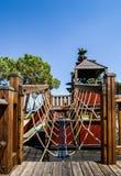 Campo de jogos exterior da aventura para as crianças que negligenciam o lago bonito Garda em Lombardy Itália foto de stock