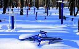 Campo de jogos no parque no inverno Fotografia de Stock