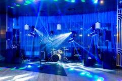Campo de jogos para músicos no restaurante no banquete Instrumentos musicais sem os povos no projetor fotos de stock