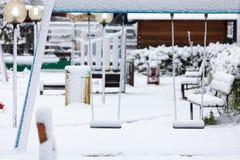 Campo de jogos vazio após a queda de neve imagem de stock