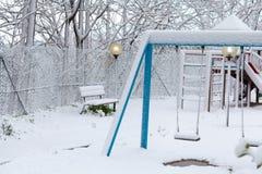 Campo de jogos vazio após a queda de neve imagens de stock