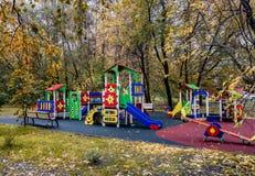 Campo de jogos vazio do ` s das crianças no outono imagem de stock