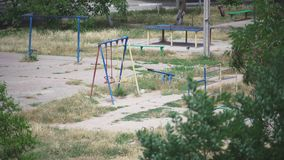 Campo de jogos vazio na jarda grande e no pombo só filme