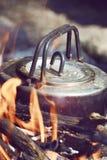 Campo de la caldera cerca del fuego Foto de archivo