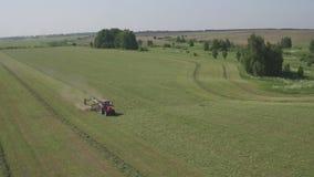 Campo de la cosecha mecanizada Producci?n alimentaria de la agricultura, concepto de la cosecha Vista a?rea del tractor que ara u metrajes