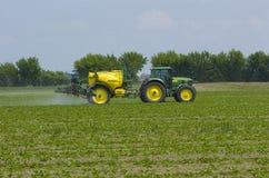 Campo de la fertilización del granjero Fotografía de archivo