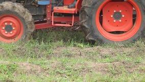 Campo de la fertilización de la tierra y del tractor del suelo Maquinaria agrícola pesada almacen de metraje de vídeo