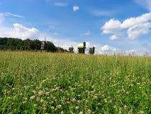 Campo de la hierba y de los molinoes de viento Fotografía de archivo libre de regalías
