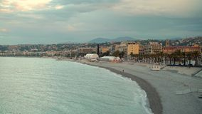 Campo de la mañana del resorte? de la hierba verde y del cielo nublado azul Salida del sol en la playa de Niza, Francia almacen de video