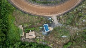 Campo de la pequeña casa del tejado del edificio de la célula solar de la visión aérea imagen de archivo libre de regalías
