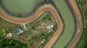 Campo de la pequeña casa del tejado del edificio de la célula solar de la visión aérea Fotos de archivo libres de regalías