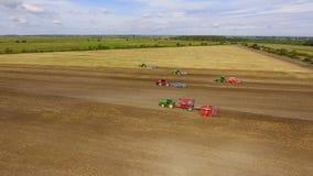 Campo de la siembra y toda clase de trabajo del tractor almacen de metraje de vídeo