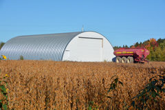 Campo de la soja en frente una granja Fotos de archivo libres de regalías
