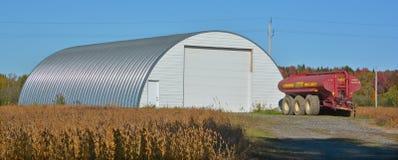 Campo de la soja en frente una granja Fotografía de archivo