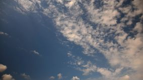 Campo de la subida, nubes en el time lapse de la puesta del sol almacen de video