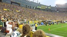 Campo de Lambeau da onda da multidão dos fãs do empacotador do futebol Fotos de Stock