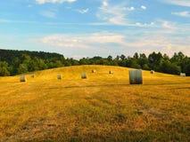 Campo de las balas de heno Fotos de archivo libres de regalías