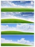 Campo de las banderas de la hierba y del cielo azul Fotos de archivo